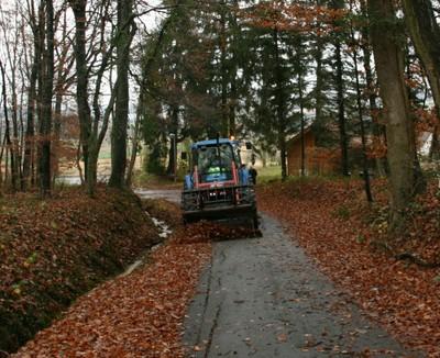 remont e du tracteur ramassant les feuilles mortes qui encombrent un sentier de waldighoffen. Black Bedroom Furniture Sets. Home Design Ideas